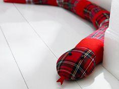 Schlange Kaa legt sich auf dekorative Weise kalter Zugluft in den Weg, die durch Türen und Fenster kriecht. Da geht dem Wind garantiert die Puste aus.