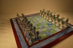 Stained glass chess set - complete In excellent condition - here and there small imperfections due to the fact that this is handmade. Completely intact and no wear. Dimensions: Board 43 cm x 43 cm and 2.5 cm high chess pieces +-6 cm high Look at the pictures for the exact condition of the object. Well packed (see last photo) and shipped with track and trace. Collection possible.