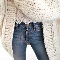 Grosse laine + dentelle + jean = le bon mix (gilet I Love Mr Mittens - photo Audrey Lombard)