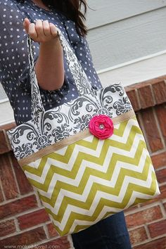 Two Tone Fabric Tote Tutorial-- I've made this bag twice now. Super easy pattern and seeing. Fabric Crafts, Sewing Crafts, Sewing Projects, Diy Fashion Projects, Diy Crafts, Sewing Diy, Decor Crafts, Diy Projects, Sewing Tutorials