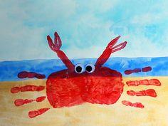 Diamo un'occhiata a questo Granchio curioso, creato dai Bambini con le Impronte delle loro Manine ... sperando di non calpestarne qualcuno questa estate in Spiaggia.