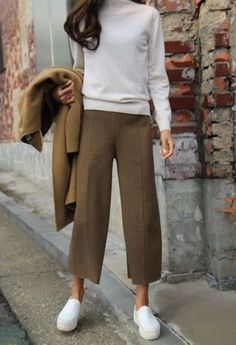 Fashion Gone rouge Fashion cropped trousers outfit fashion rouge Casual Work Outfits, Mode Outfits, Work Casual, Casual Chic, Winter Outfits, Fashion Outfits, Cullotes Outfit Casual, Beige Pants Outfit, Looks Party