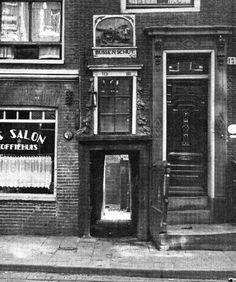 Het Bussenschuthofje, waar achter één van de armste Joodse buurten lag. Het hofje geeft toegang tot de Rapenburgerstraat, Amsterdam