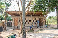 En la ciudad de Luque, Paraguay, encontramos el centro comunitario Cerro Cora destinado a programas Sustainability, Pergola, Outdoor Structures, Architecture, Plants, House, African, Building Ideas, Frugal