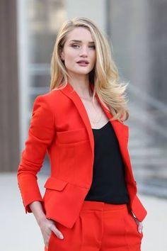 Look fashion e inspirador, da Rosie Huntington, para trabalhar!  Um conjunto de blazer e calça vermelhos, com o detalhe preto da blusa. Saia do básico e destaque-se! #red #fashion #workstyle