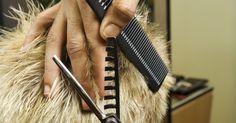 Cómo cortar el cabello a un hombre. ¿Tienes un amigo que necesita urgente un corte de cabello pero no tiene tiempo ni dinero para ir a la peluquería? ¿Te ha pedido que le hagas el favor de cortar su cabello pero no tienes idea de cómo debes realizarlo? Si no encuentras la solución para ese problema, no te aflijas. Lee el artículo que está a continuación y aprenderás la forma de ...