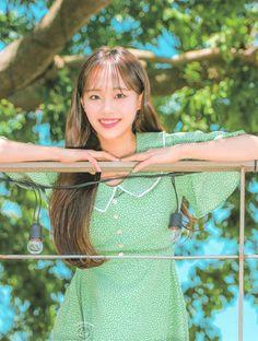 Kpop Girl Groups, Korean Girl Groups, Kpop Girls, Girl Photo Poses, Girl Photos, Chuu Loona, Little Library, Olivia Hye, Ulzzang Girl
