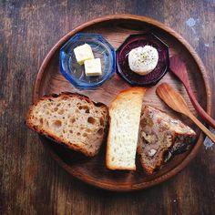 朝ごはんにパンの欠片たち  左のカンパーニュ冷蔵庫に一週間近くいたけど焼き戻すとしっかり小麦の味がする  毎冬実家の父が作る干し柿でパンを焼くお店になっても続けていること  バターには岩塩クリームチーズには黒胡椒とオリーブオイルシンプルに食べるのが一番おいしい by chiestylee http://ift.tt/1mSGaqG