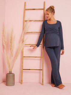 This long-sleeved maternity top is practical, feminine and comfortable. Crossover V-shaped neckline for a lovely décolletage and easy breastfeeding. Wear it during and after pregnancy. Maternity Sale, Maternity Tops, Sous Pull, After Pregnancy, Pulls, Crossover, Blouse, Breastfeeding, Feminine