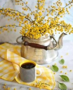 Ana Rosa~My Favorites✨ Breakfast Photography, Coffee Photography, Good Morning Coffee, Coffee Break, Coffee Cafe, My Coffee, Café Chocolate, Yellow Cottage, Mellow Yellow