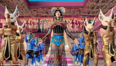 "Katy Perry ""Dark Horse"" music video studied the costume, make up, accessories, headdress, and architecture of Ancient Egypt. Look at her amazing fancy ancient egypt inspired fashion costume ! And the pinkish architecture ! Cleopatra, Mariah Carey, Disfraz Katy Perry, Dark Horse Video, Katy Perry Gif, Kati Perri, Juicy J, Horse Costumes, Halloween Costumes"