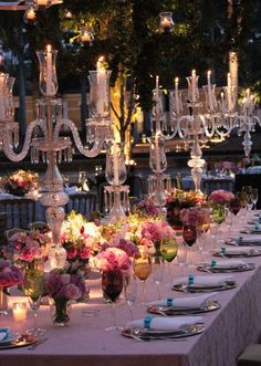 Um casamento bem romântico, cuja decoração foi marcada pela grande presença de arranjos de rosas nos tons de rosa chá e rosa antigo e detalhes em azul. Um