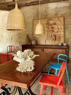 Destaco la combinación de colores y texturas: madera, mimbre y colores tierra, cortados con el color de las sillas, excelente.