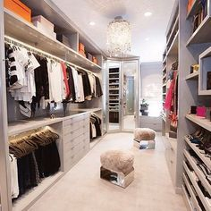 Un grand #dressing avec beaucoup de #rangement. http://www.m-habitat.fr/petits-espaces/dressing/le-prix-d-un-dressing-2645_A
