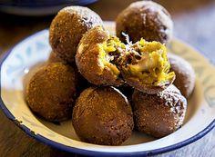 1 abóbora-moranga com cerca de 1,5 kg; 300 g de carne-seca dessalgada e desfiada; 1/2 cebola branca bem picadinha; 2 colheres (sopa) de manteiga de garrafa; 1 dente de alho batido; óleo de canola ou milho o quanto baste; farinha de trigo o quanto baste; 1 colher (café) de manteiga; 1 colher (chá) de azeite; 300 g de catupiry; farinha de rosca ou panko o quanto baste;