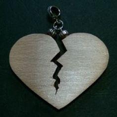 Kézzel készítee fa összetört szív medál