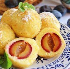 Galusti cu prune si branza de vaci My Favorite Food, Favorite Recipes, Romanian Food, Polish Recipes, Dessert Recipes, Desserts, Creative Food, I Foods, Food Inspiration