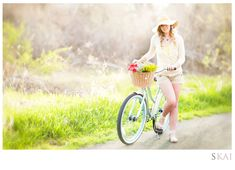 Cute senior spring session with an old fashion bike. Images by Skai Photography, interview on the Seniorologie blog.