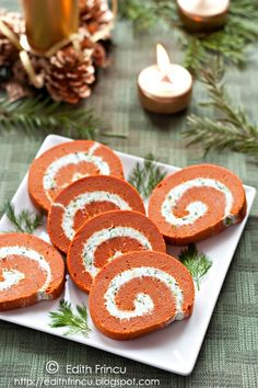 Puffy tomato rolls with cream cheese filling (in Romanian).