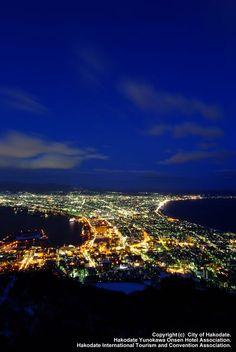 【函館の夜景】函館の街に飽きたら夜は函館の山から市内の夜景を見ることができる。交通規制もあるのでタクシーで行くのが吉。街の光と海の闇のコントラストが美しい。もちろんカップル多いよ。