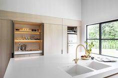 Moderne lichte keuken | houten keuken | licht werkblad | stalen kozijnen | afsluitbare nis in kastenwand...