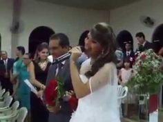 Com vozeirão, noiva entra cantando em casamento e emociona os convidados - YouTube