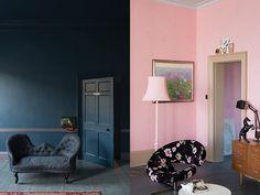 Stiffkey blue en Nancy's blush van Farrow & Ball. Zo worden resp kast + muur en ladenkast.