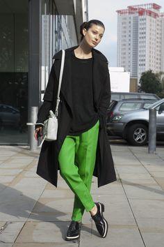 鮮やかな緑のパンツを、気負いなく着こなして