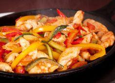 Tepsis csirkemell zöldségágyon, különleges fűszerezéssel! Pompás étel, ezt csak szeretni lehet! Paella, Thai Red Curry, Shrimp, Chicken, Meat, Vegetables, Ethnic Recipes, Food, Diy