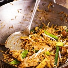 Noodles with pork & vegetables Chinese Cabbage, Chinese Food, Thai Recipes, Asian Recipes, Asian Kitchen, Spring Rolls, Appetisers, Street Food, Great Recipes