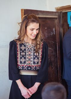 Queen Rania is supposed to be the youngest queen on the planet. Her Majesty Queen Rania is among the most well-known and loves fashion icons on the pl. Arab Fashion, Royal Fashion, Ethnic Fashion, Love Fashion, Mode Abaya, Estilo Hippy, Casual Chique, Jordan Fashions, Afghan Dresses