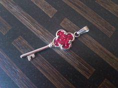 Colgante llave de acero inoxidable y cuero rojo, pieza de joyero.