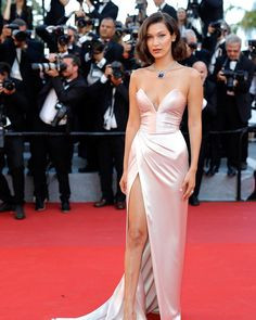 """1,427 mentions J'aime, 6 commentaires - Daily Front Row (@dailyfrontrow) sur Instagram : """"@bellahadid returns to her favorite red carpet of the year (she said it!) at the Cannes Film…"""""""