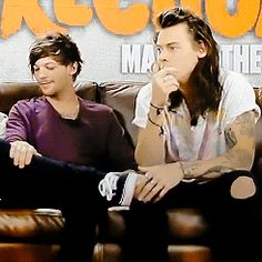 Louis is so fond. One Direction Harry Styles, One Direction Pictures, Larry Gif, Louis Y Harry, Larry Shippers, Foto Real, Louis Tomilson, Harry Styles Pictures, Mr Style