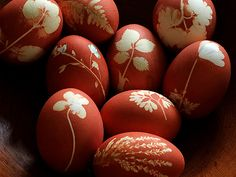 egg decorating ideas: Red eggs with onion skins, with little spring leaves! So perfect. Easter Crafts, Holiday Crafts, Holiday Fun, Easter Egg Dye, Diy Ostern, Egg Art, Egg Decorating, Getting Cozy, Diy Flowers