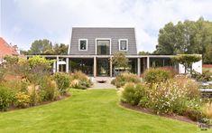 Modern exterieur met landelijke tuin   Z-Wonen   The Art of Living (NL) Art Of Living, Bungalow, Garage Doors, Villa, Cabin, House Styles, Outdoor Decor, Gardens, Home Decor