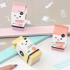 Gommes parfumées par Oh K! Ajoutez du fun et du kawaii à votre bureau avec ce set de trois gommes en forme de packs de lait absolument adorables.