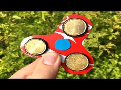 Did you know you can make your own fidget spinners using things around the house? Here are 7 Ways to Make DIY Fidget Spinners. Lego Spinner, Fidget Spinner Template, Diy Fidget Spinner, Pokemon Go, Fidgit Spinner, Maker Fun Factory Vbs, Coca Cola, Cool Gifts For Kids, Math Art