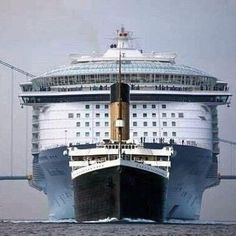 A size comparison between the Titanic and a modern cruise ship. A size comparison between the Titanic and a modern cruise ship. Titanic History, Rms Titanic, Titanic Boat, Titanic Model, Titanic Sinking, Biggest Cruise Ship, Outdoor Reisen, Abandoned Ships, Cruise Holidays