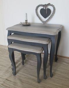 Trois anciennes tables gigognes patinée, les pieds sont peints gris-bleu foncé, le dessus est blanc cassé avec des rayures grises et est terminé au vernis mat. les pieds sont f - 14493185