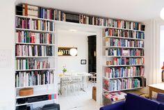 Rangement des livres sur un mur du salon, bibliothèque Elfa