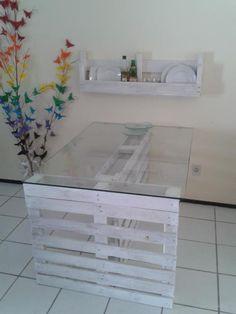 mesa feita com 2 pallets e vidro