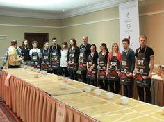 Végzett divattervező diákunk, Tóth Sebastian által tervezett kötényekben versenyeztek a részt vevők.