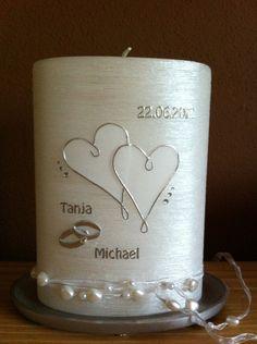 *********************************** Ich biete hier eine edle, aber schlichte Hochzeitskerze in Perlmutt weiß an. Die beiden Herzen sind aus transparenter Wachsplatte - silber umrahmt. Seitlich...