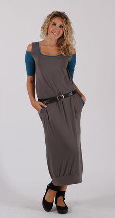 Dlouhé+šedé+šaty+s+vykrojenými+rukávy+Pohodlné+šaty+z+úpletu+viskóza/elastan+jsou+mírně+tvarované+v+pase,+sukně+je+stažená+do+rantlu.+Rukávky+jsou+na+ramenou+vykrojené.+Na+bocích+jsou+kapsy.+Velikost+a+délka+podle+objednávky