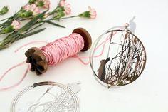 Hanger Decoration Ball Rabbit. Een accessoire voor in huis of een cadeautje voor elk moment van het jaar. Je kunt deze bal ook ophangen in de kerstboom of er een paastak mee versieren.