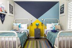 Детская комната для разнополых детей: 50+ гармоничных вариантов организации пространства http://happymodern.ru/detskaya-dlya-raznopolyx-detej-ili-kak-uzhitsya-v-odnoj-komnate/ Детская комната с морской тематикой одинаково подойдет как для девочки, так и для мальчика. Цветовая растяжка на ковре указывает на спальные места каждого из детей: желтый – для девочки, синий – для мальчика
