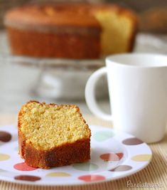 Achei bem diferente essa receita por ser com farinha de milho, nunca pensei em fazer bolos com ela. É super fácil de fazer, tudo batido no liquidificador (ou mixer), do jeito que eu adoro. Porque e…