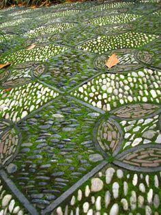 aménager le jardin feng shui avec une mosaïque en pierres