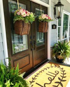 decor ideas for front porch Adirondack Hanging Basket Spring baskets. Style At Home, Modern Farmhouse Decor, Farmhouse Style, Farmhouse Design, Modern Patio, Casas Magnolia, Fachada Colonial, Farmhouse Front Porches, Southern Front Porches